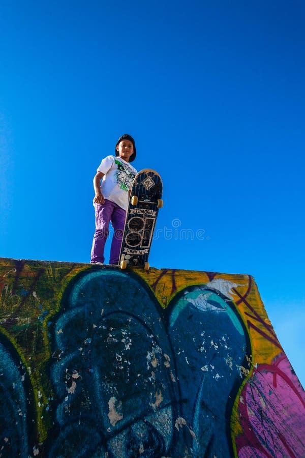 Parco del blu del skateboarder immagini stock