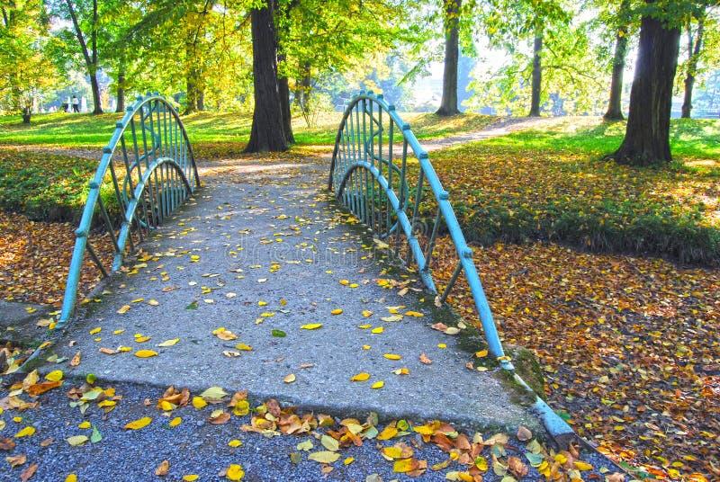 Parco del castello, ponte sopra il piccolo Brooklet immagine stock