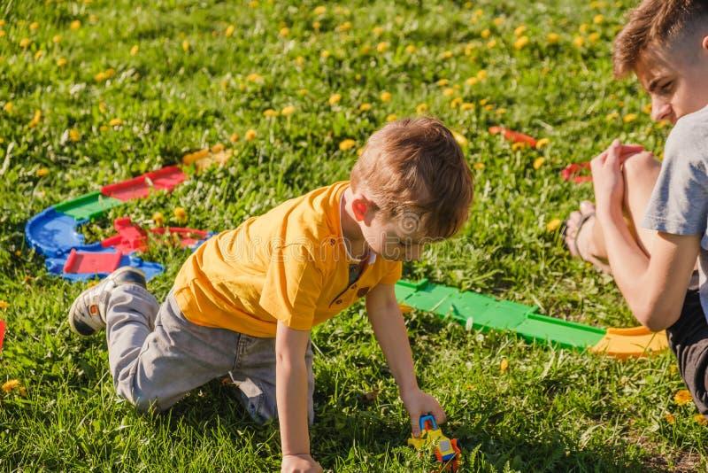 Parco del fratello del ragazzo dell'erba della famiglia cheerful fotografia stock libera da diritti