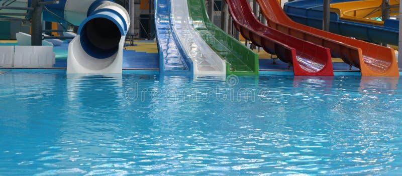 Parco dell'acqua Nuoto blu dello scorrevole dello stagno Aquapark immagini stock