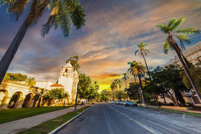Parco della balboa sotto un cielo variopinto a San Diego al tramonto immagini stock libere da diritti