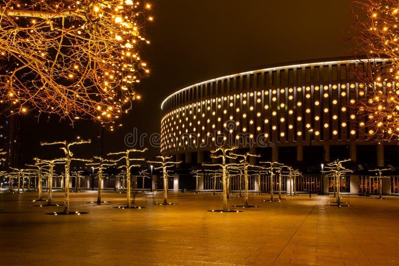 Parco della città di notte nella città di Krasnodar, Russia Il parco è fatto nello stesso stile di progettazione e contiene molta immagini stock