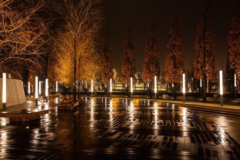 Parco della città di notte nella città di Krasnodar, Russia Il parco è fatto nello stesso stile di progettazione e contiene molta fotografia stock libera da diritti