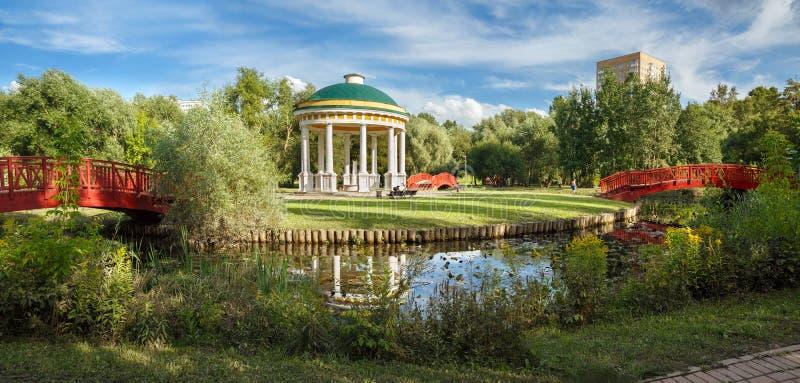 Parco della città sulle banche del fiume di Yauza Mosca, Russia immagini stock