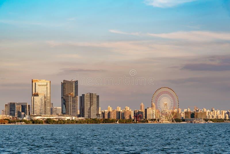 Parco della ruota panoramica al tramonto immagine stock libera da diritti