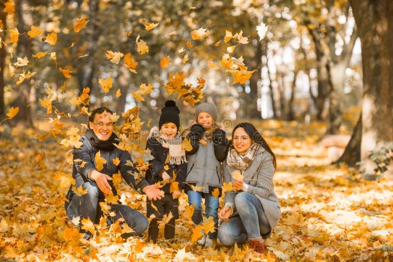 Parco di autunno della passeggiata fotografia stock