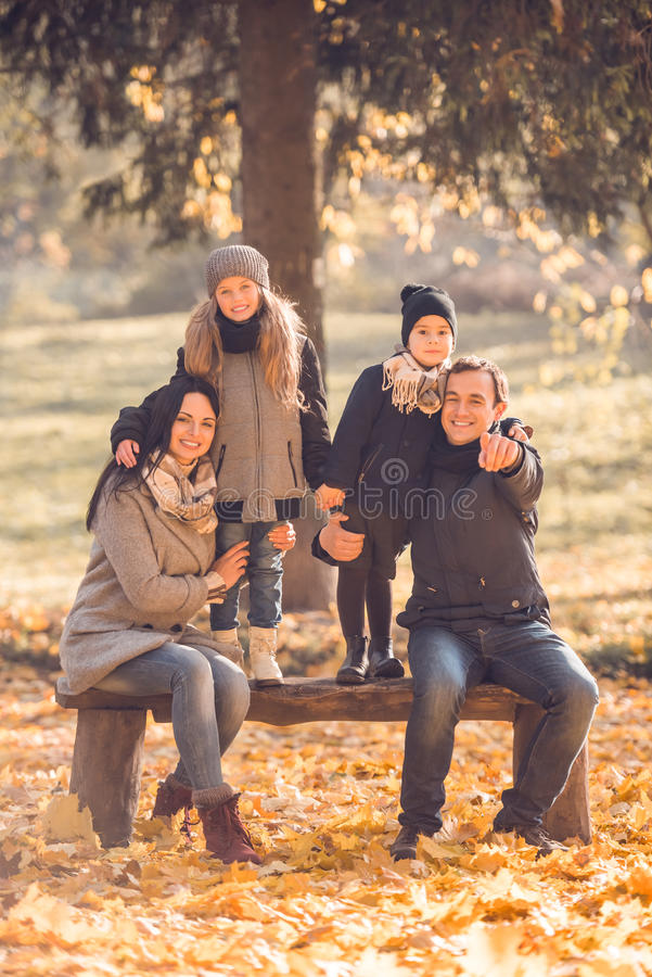 Parco di autunno della passeggiata fotografia stock libera da diritti