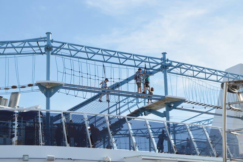 Parco di divertimenti della corda sulla piattaforma superiore della fodera MSC Meraviglia di crociera, il 9 ottobre 2018 fotografia stock