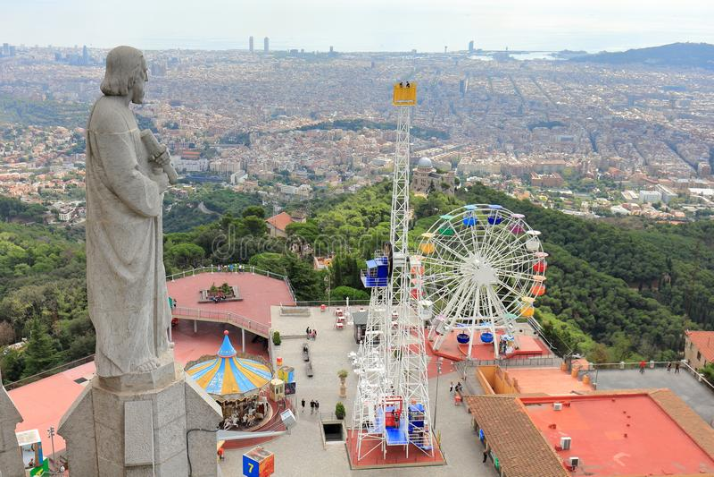 Parco di divertimenti di Tibidabo e la città di Barcellona veduta da Sagrat Cor Church, Barcellona, Catalogna, Spagna immagini stock
