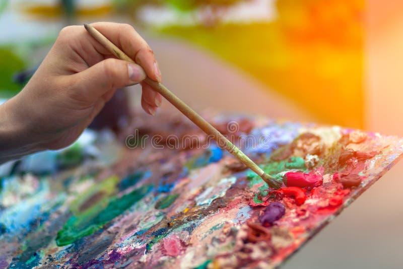 Parco di estate della pittura dell'artista fotografie stock