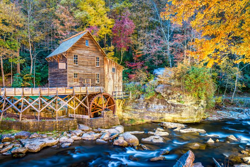 Parco di stato Babcock, Virginia Occidentale, U.S.A. al mulino del grano da macinare dell'insenatura della radura fotografia stock libera da diritti