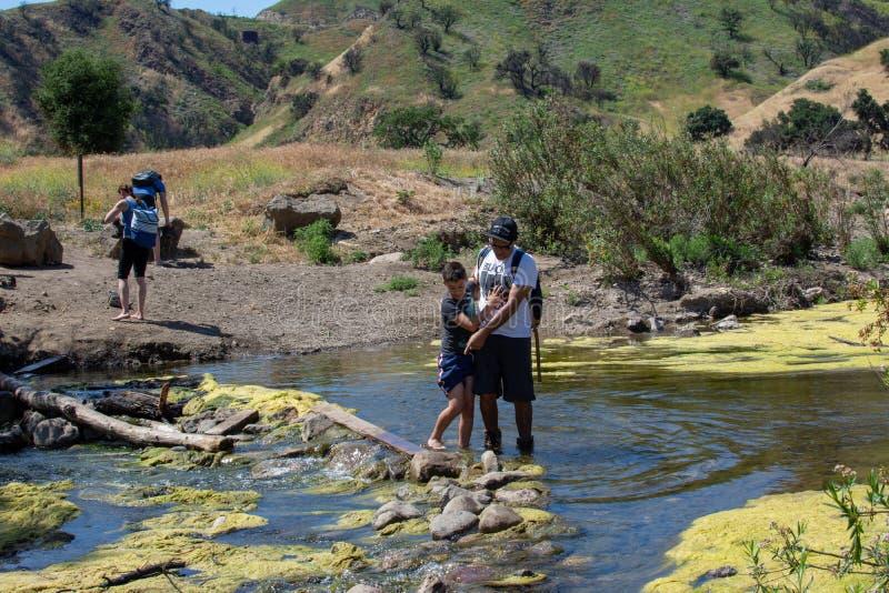 Parco di stato dell'insenatura di Malibu, CA Stati Uniti - 5 maggio 2019: Turisti e viandanti al parco di stato dell'insenatura d fotografia stock libera da diritti