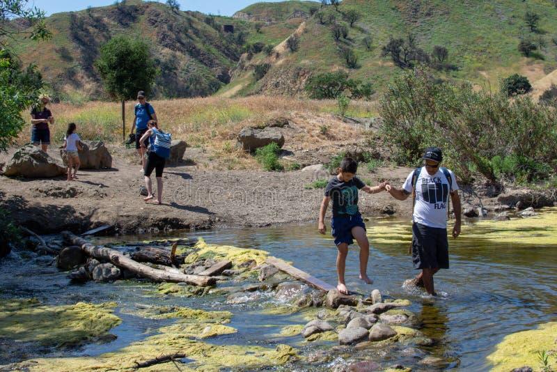 Parco di stato dell'insenatura di Malibu, CA Stati Uniti - 5 maggio 2019: Turisti e viandanti al parco di stato dell'insenatura d fotografie stock libere da diritti
