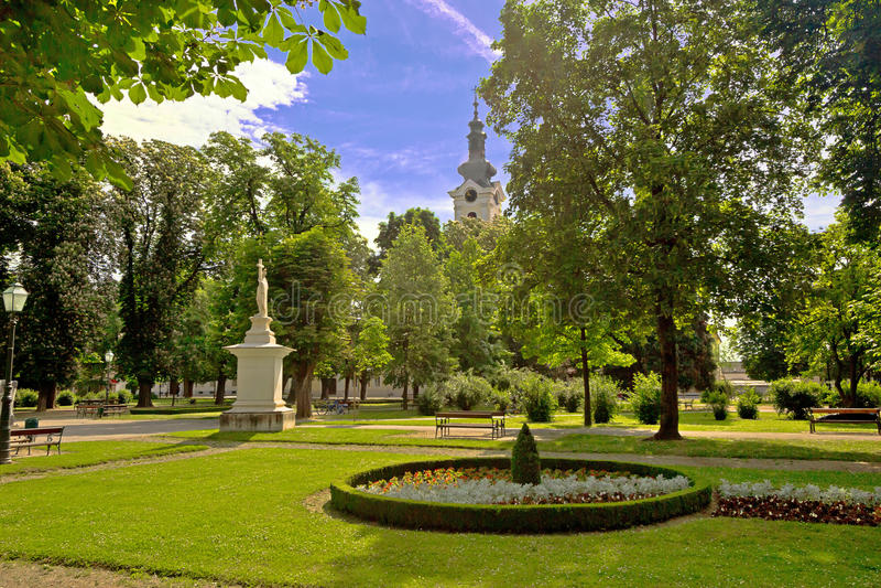 Parco e chiesa verdi in Bjelovar fotografia stock libera da diritti