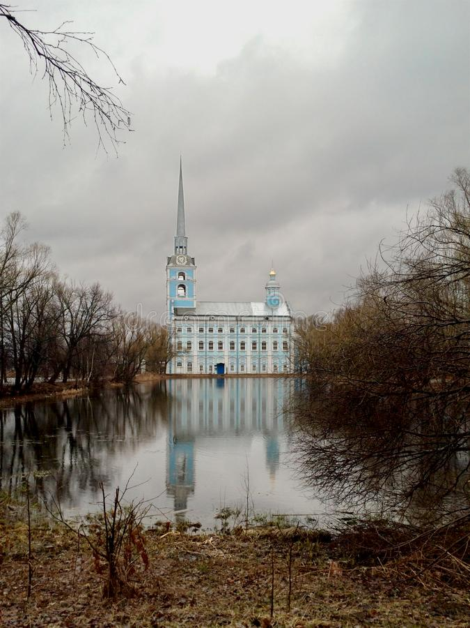 Parco e la chiesa ortodossa del XVIII secolo St Peter e san Paul Cathedral fotografie stock
