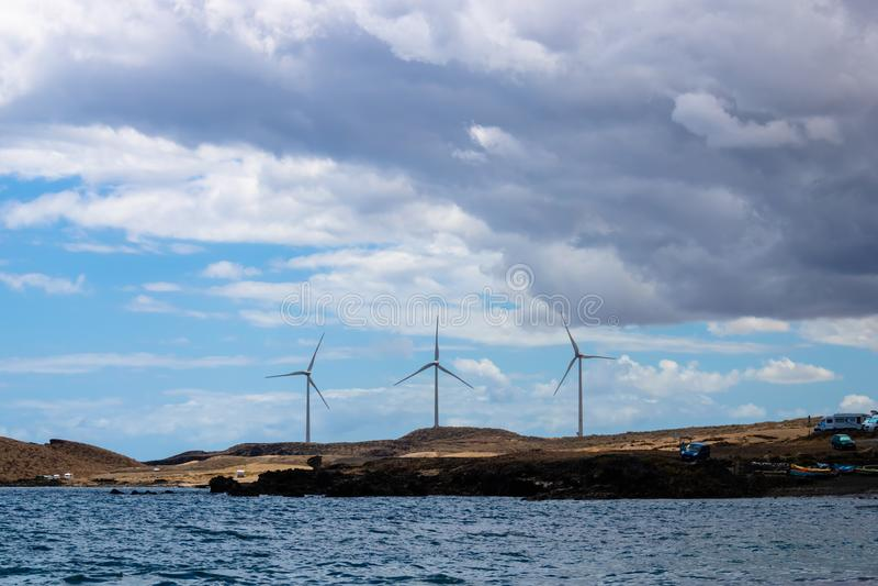 Parco eolico che lavora, tre generatori eolici con la vista del mare su Tenerife, isole Canarie, Spagna - immagine immagine stock
