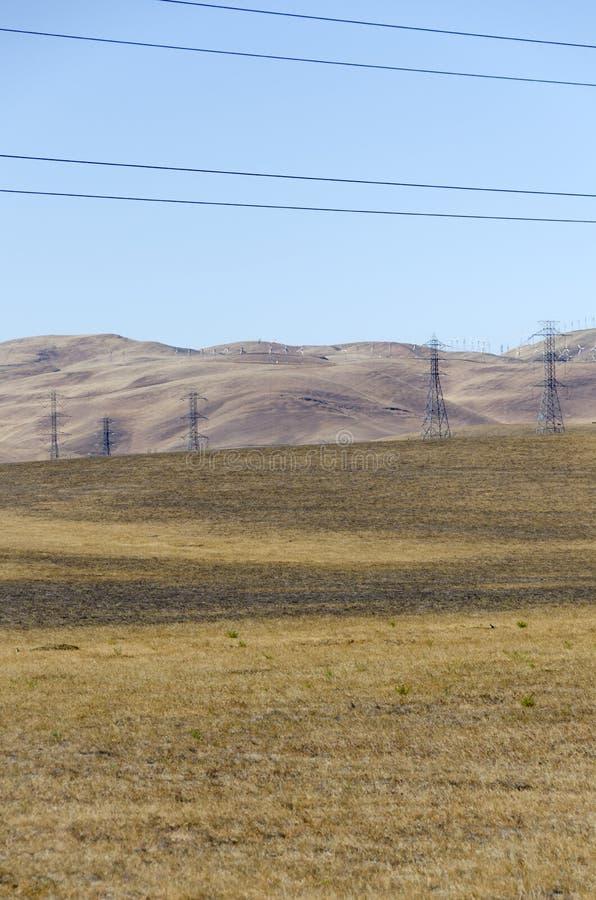Parco eolico in collina dorata di Livermore in California fotografia stock