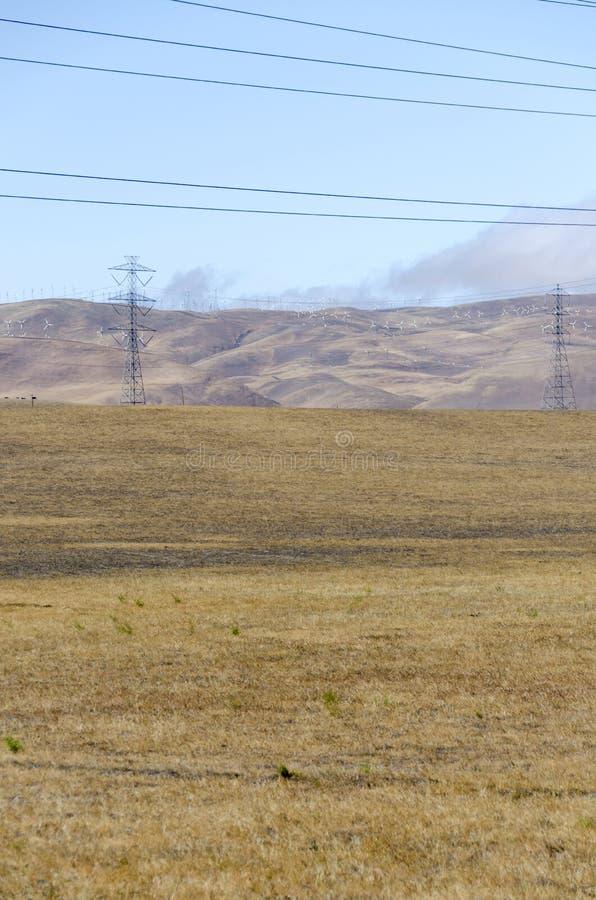 Parco eolico in collina dorata di Livermore in California fotografie stock