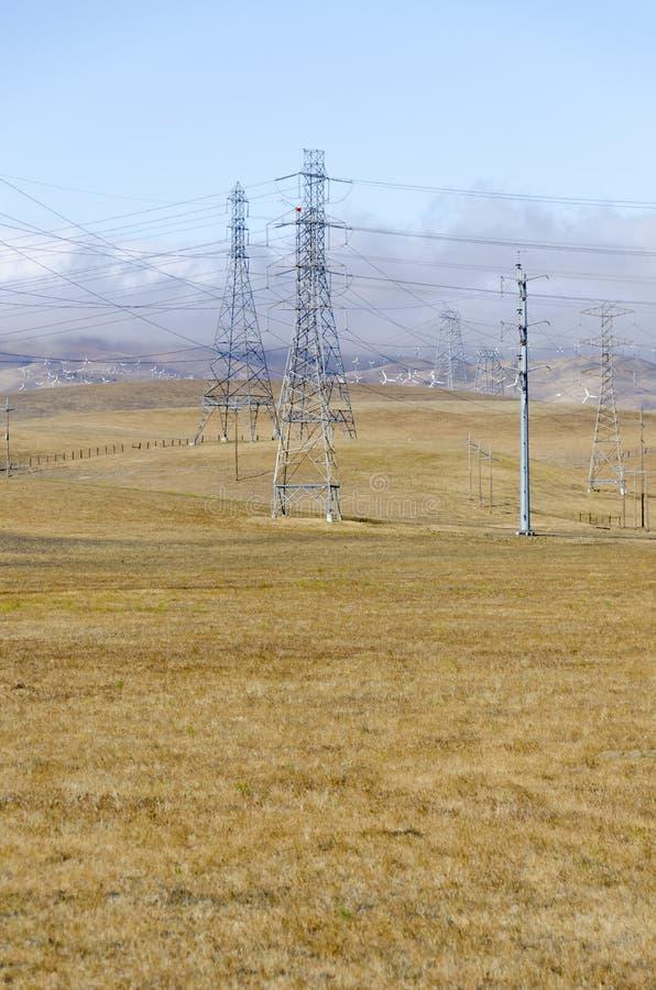 Parco eolico in collina dorata di Livermore in California immagine stock