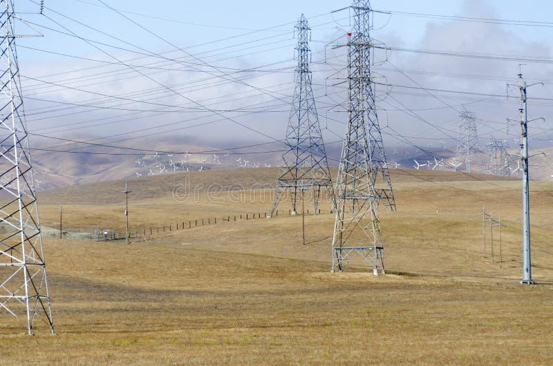 Parco eolico in collina dorata di Livermore in California fotografia stock libera da diritti