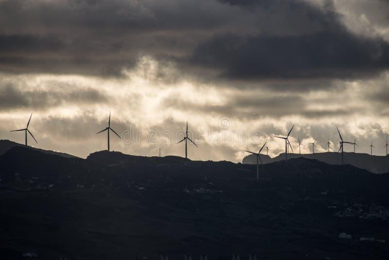 Parco eolico da una distanza in mare nell'alba a ' Tangier' , ' Morocco' fotografia stock libera da diritti