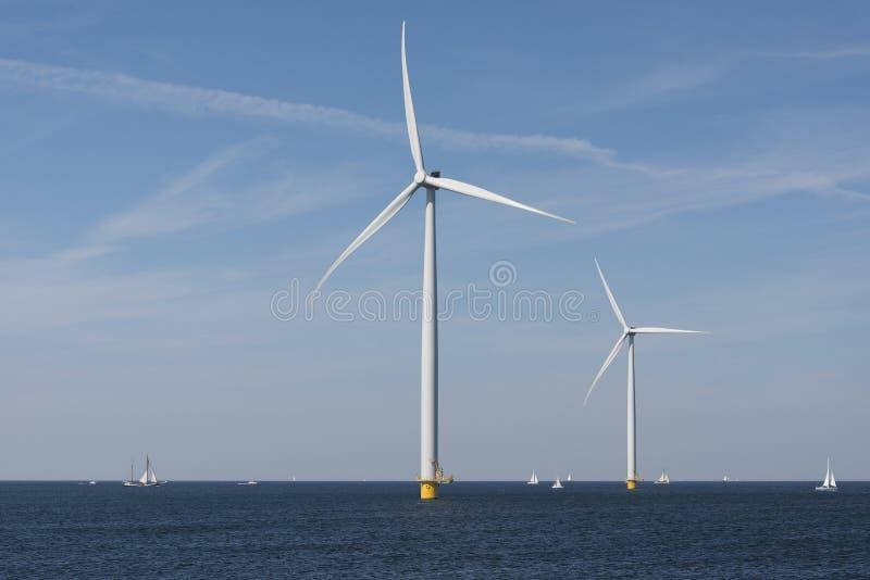 Parco eolico nell'acqua fotografia stock