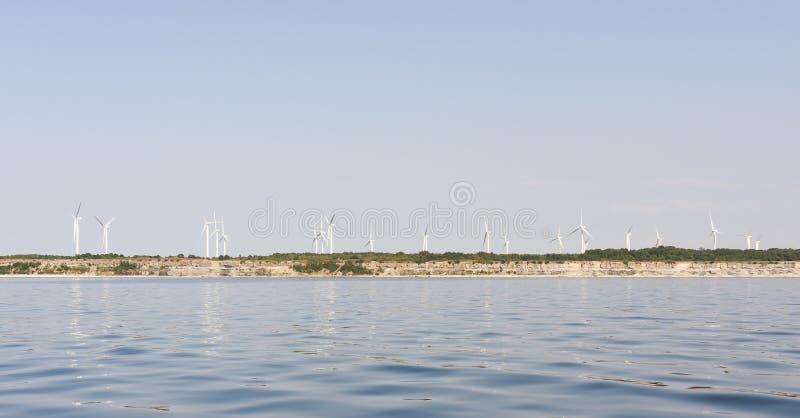 Parco eolico su una scogliera immagine stock libera da diritti