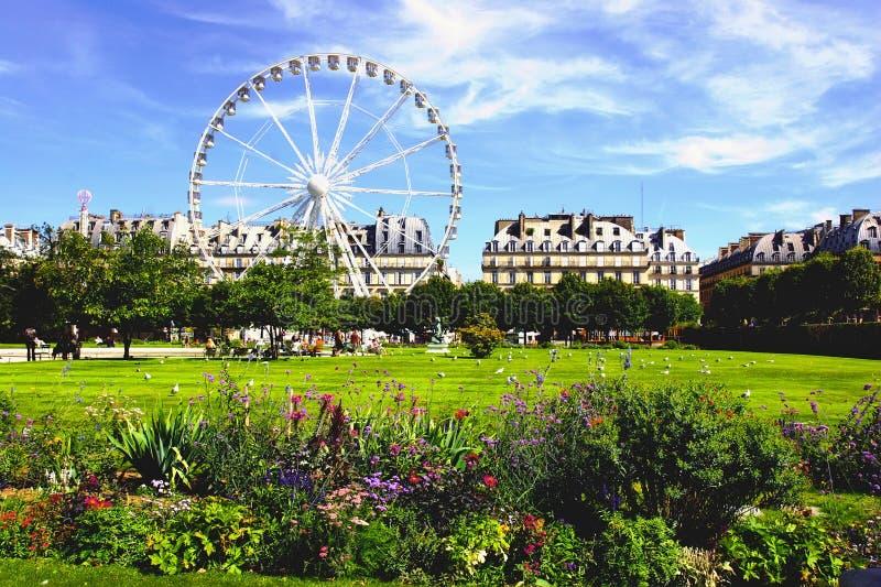 Parco fuori del Louvre a Parigi. immagine stock