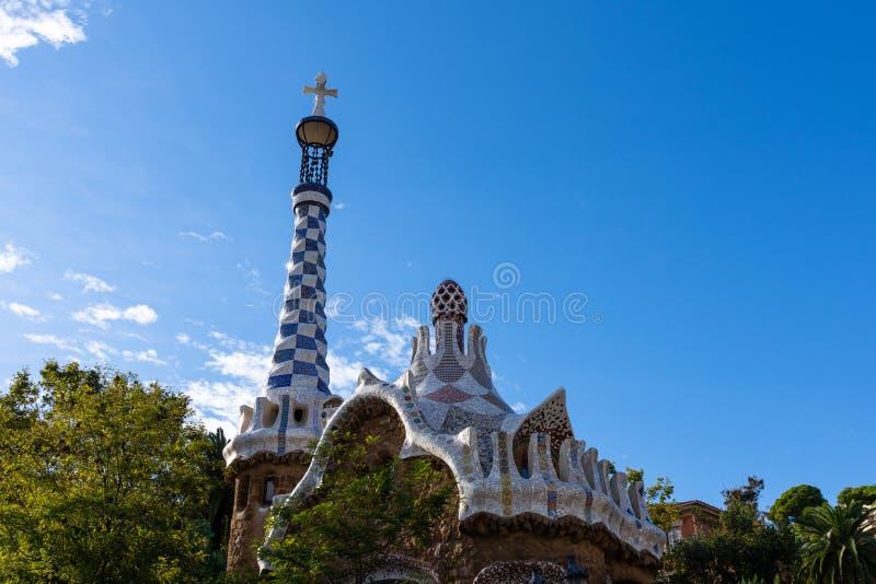 Parco Guell, dettaglio del tetto colourful dell'entrata, con il mosaico tipico di Gaudi Barcellona immagine stock libera da diritti