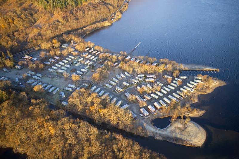 Parco insulare di Caravan al lago d'acqua bordo vista aerea chiusa durante la stagione invernale a Loch Lomond Scotland UK fotografia stock libera da diritti