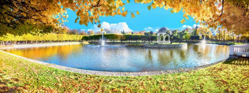Parco Kadriorg con il bello stagno all'autunno dorato Tallinn, Estonia fotografia stock libera da diritti