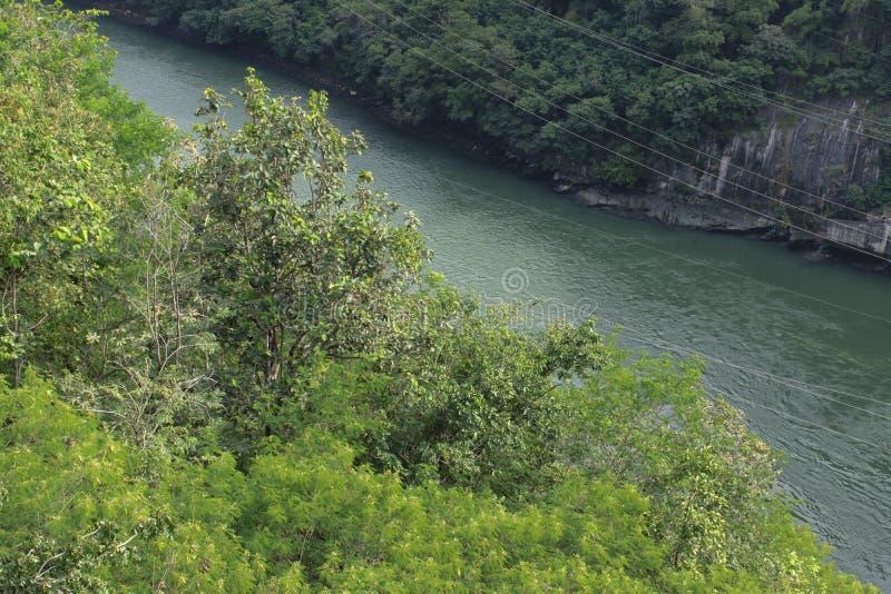 Parco nazionale della diga di Bhumibol della natura di Rever e della montagna, Tak, Tailandia fotografia stock libera da diritti