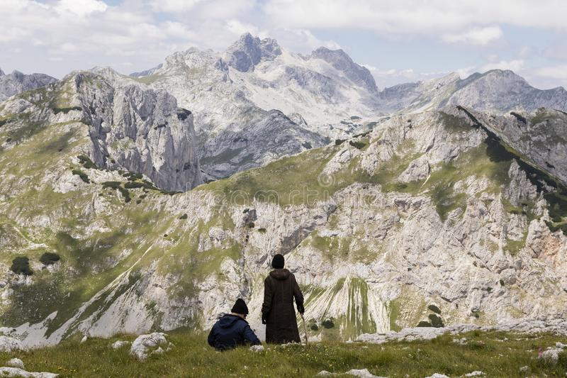 Parco nazionale di Durmitor, Montenegro, il 18 luglio 2017: La coppia matura sta prendendo una rottura immagine stock libera da diritti