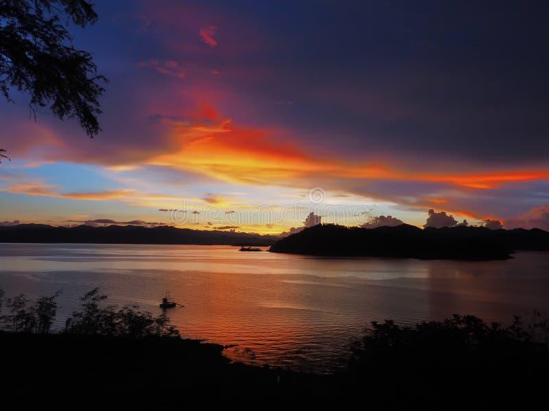 Parco nazionale di Kaengkrachan, Petchburi, Tailandia sotto il clou di Nimbus fotografie stock libere da diritti