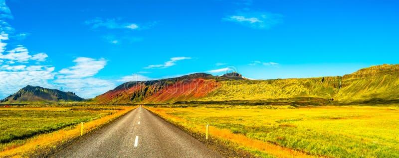 Parco nazionale di Snaefellsjoekull, strada e paesaggio variopinto e selvaggio islandese sull'Islanda immagini stock