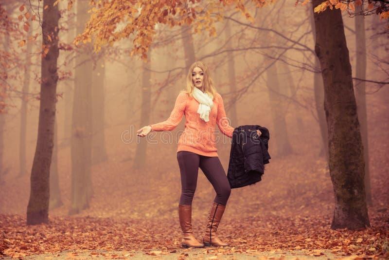 Parco nebbioso di autunno della donna persa che cerca direzione immagini stock libere da diritti