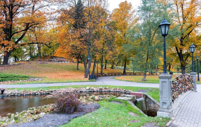 Parco pubblico centrale nella mattina autunnale immagini stock