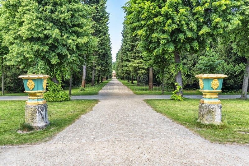 Parco Sanssouci della Germania Potsdam Inghiai il percorso nel giardino del palazzo fra gli alberi verso il mausoleo immagini stock libere da diritti