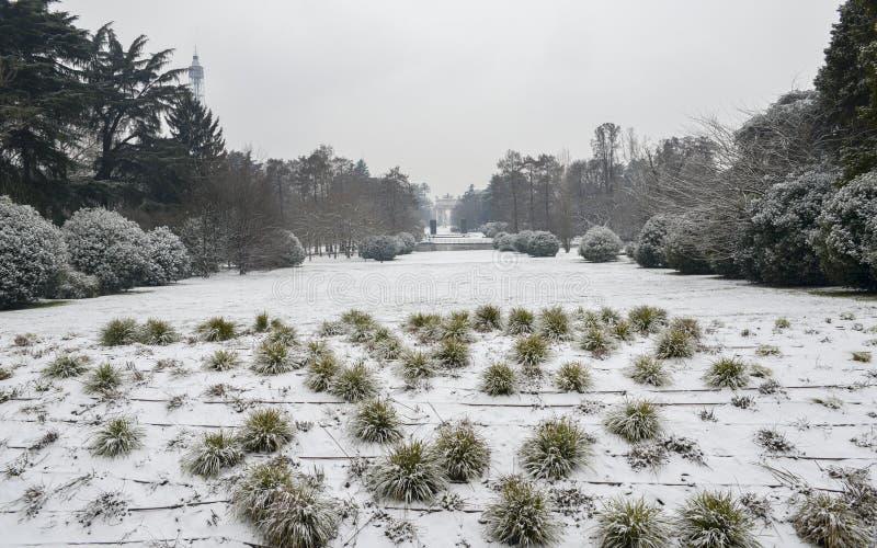 Parco Sempione στο Μιλάνο, Λομβαρδία, Ιταλία που καλύπτεται στο χιόνι Arco Della ρυθμός, που μεταφράζεται στην αψίδα ειρήνης, μακ στοκ εικόνα με δικαίωμα ελεύθερης χρήσης