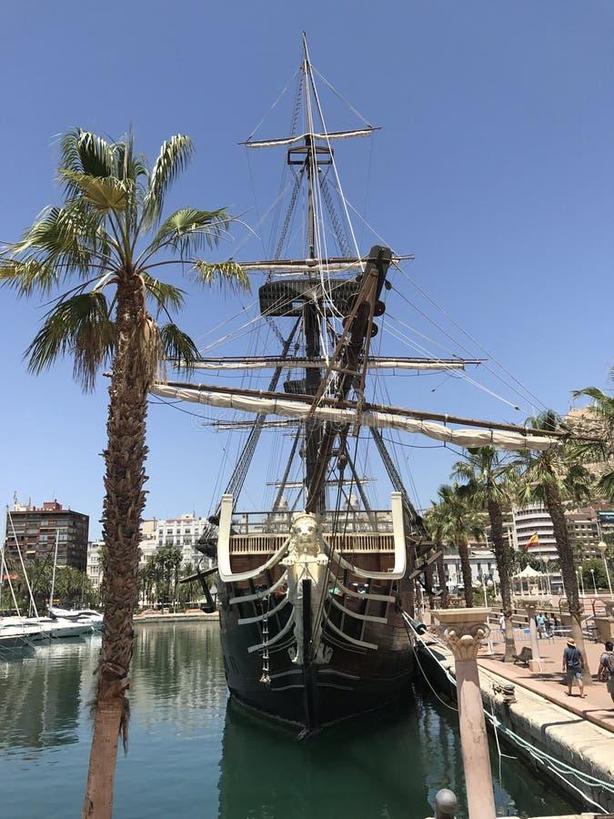 Parco unico, spiaggia, estate, yacht in porto di Alicante immagini stock