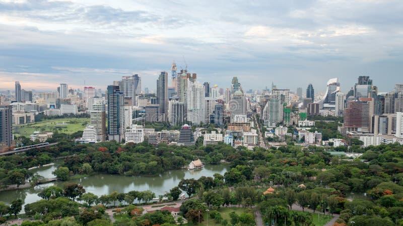 Parco verde centrale di lumpini del parco di suanlum dell'albero del parco nella città di Bangkok con costruzione Natura nel conc immagine stock libera da diritti