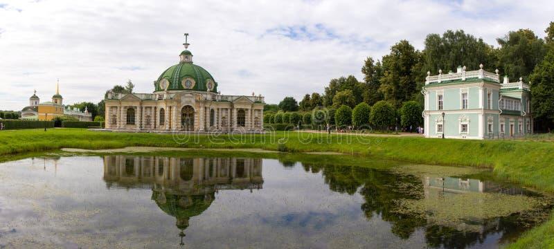 Parcs de Moscou Domaine noble Kuskovo L'étang et la grotte images libres de droits