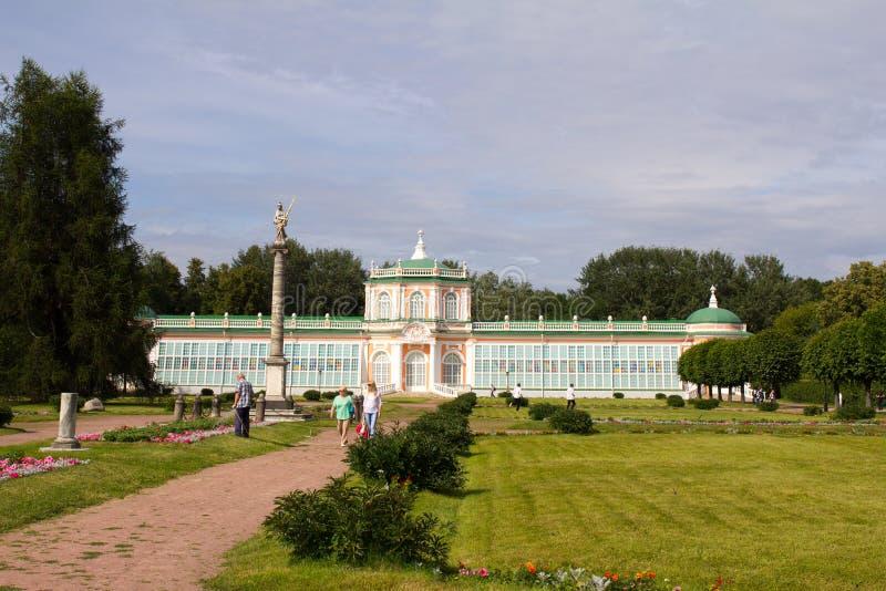 Parcs de Moscou Domaine noble Kuskovo Parc avec les statues et la serre chaude tropicale photographie stock