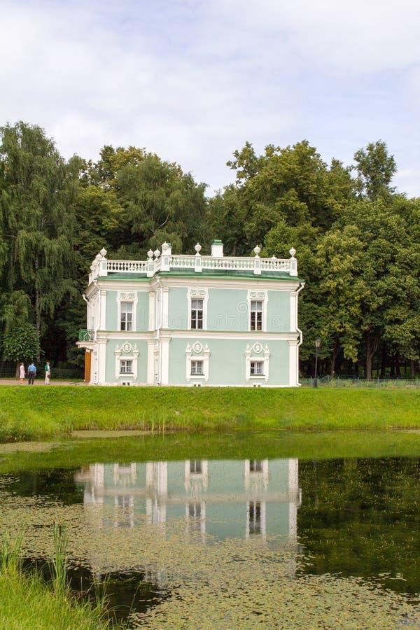 Parcs de Moscou Domaine noble Kuskovo Vue de l'étang et du pavillon italien photos libres de droits