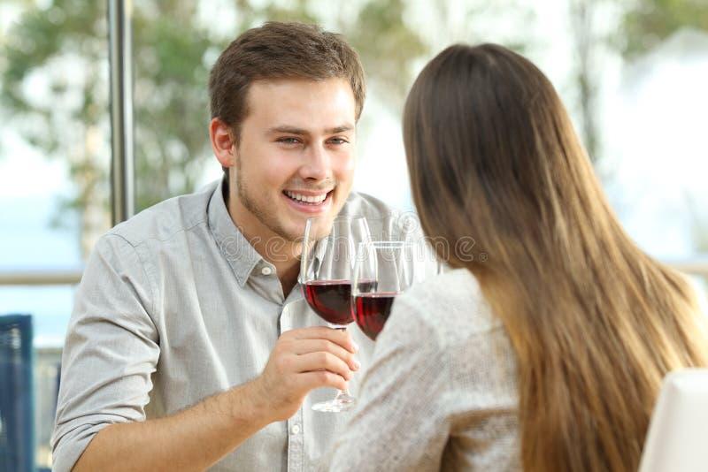 Pardatummärkning som dricker vin i en restaurang royaltyfri fotografi