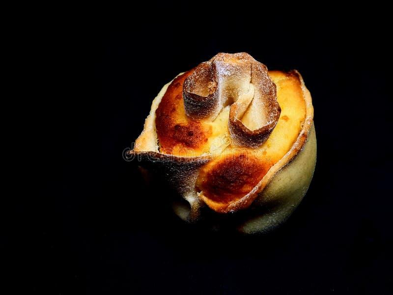 Pardulas,与在黑背景隔绝的乳清干酪的撒丁岛传统复活节点心 免版税库存图片