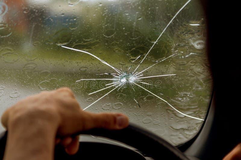 Pare-brise cass? d'un v?hicule Un Web des fentes radiales, fissures sur le pare-brise triple Pare-brise cassé de voiture, verre e photo stock