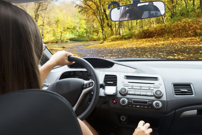 Pare-brise de voiture avec la route images libres de droits