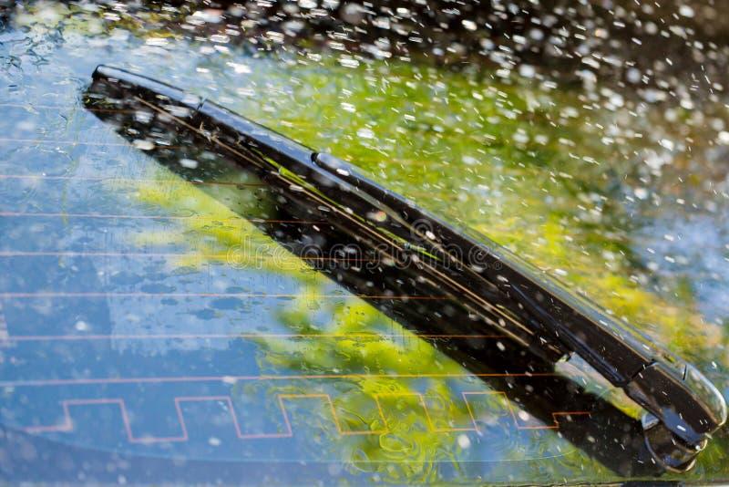 Pare-brise de voiture avec les baisses de pluie et la lame d'essuie-glace frameless photographie stock