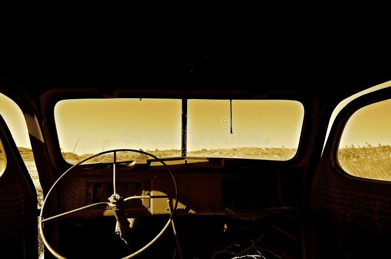 Pare-brise et essuie-glace d'un camion très vieux photo libre de droits
